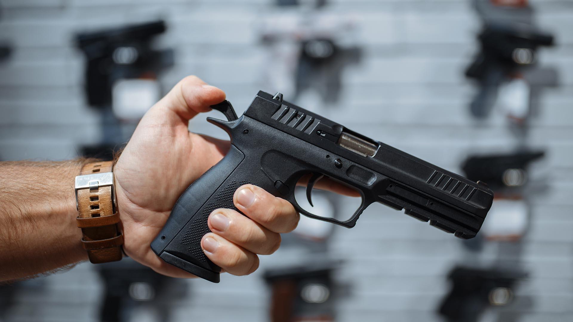 Welche Genehmigung ist für das Führen einer Waffe im Personenschutz notwendig?